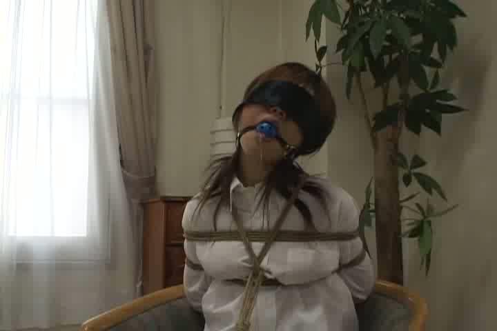 着衣のまま緊縛され目隠しとボールギャグを装着、ローターを仕込まれたまま放置され涎を垂らし悶える