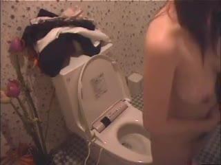女子校生 盗撮 コスプレ オナニー |制服が汚れないようにきちんと裸になってからトイレオナニーを始める女子校生達を盗撮。